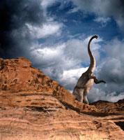 崖に立つマメンチサウルス 02364000045| 写真素材・ストックフォト・画像・イラスト素材|アマナイメージズ