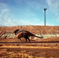 レールの上を歩くパラサウロロフス 02364000046| 写真素材・ストックフォト・画像・イラスト素材|アマナイメージズ