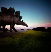 道路を横断するステゴザウルス