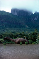 水辺にいるアパトサウルス