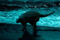 ビーチの砂浜に立つアンキロサウルス