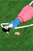 芝生に寝転がる女性 02369000004| 写真素材・ストックフォト・画像・イラスト素材|アマナイメージズ