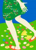 花咲く水辺を歩く女性の足元
