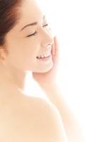 頬を撫でる20代日本人女性のビューティーイメージ