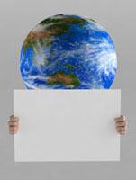 メッセージボードを持つ地球のイメージ 02374000157| 写真素材・ストックフォト・画像・イラスト素材|アマナイメージズ