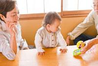 赤ちゃんを遊ばせる祖父母