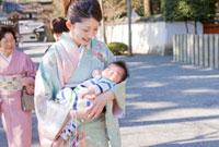 お宮参りの赤ちゃんとお母さん