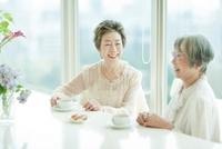 紅茶を飲み母親と話す中高年女性