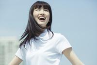 笑顔で空を見上げる女子高生 02381000511| 写真素材・ストックフォト・画像・イラスト素材|アマナイメージズ