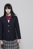 制服姿の女子高生 02381000514| 写真素材・ストックフォト・画像・イラスト素材|アマナイメージズ