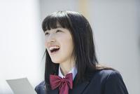 合格発表で喜ぶ女子高生 02381000560  写真素材・ストックフォト・画像・イラスト素材 アマナイメージズ