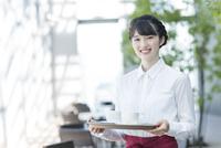 カフェで働く女性店員 02381000833| 写真素材・ストックフォト・画像・イラスト素材|アマナイメージズ