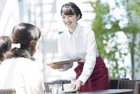 カフェで働く女性店員 02381000836| 写真素材・ストックフォト・画像・イラスト素材|アマナイメージズ