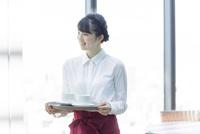 カフェで働く女性店員 02381000894| 写真素材・ストックフォト・画像・イラスト素材|アマナイメージズ
