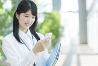 スマートフォンを操作するビジネスウーマン 02381000919| 写真素材・ストックフォト・画像・イラスト素材|アマナイメージズ