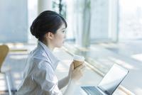 カフェでコーヒーを飲むビジネスウーマン 02381001006| 写真素材・ストックフォト・画像・イラスト素材|アマナイメージズ