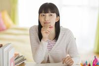 机で勉強をする女の子