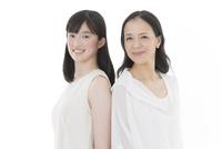 背中を合わせる母と娘 02381001155| 写真素材・ストックフォト・画像・イラスト素材|アマナイメージズ