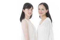 笑顔の母と娘 02381001157| 写真素材・ストックフォト・画像・イラスト素材|アマナイメージズ