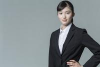 リクルートスーツの若い女性 02381001233| 写真素材・ストックフォト・画像・イラスト素材|アマナイメージズ