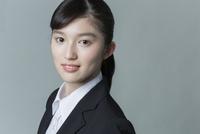 リクルートスーツの若い女性 02381001236| 写真素材・ストックフォト・画像・イラスト素材|アマナイメージズ