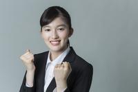 リクルートスーツの若い女性 02381001237| 写真素材・ストックフォト・画像・イラスト素材|アマナイメージズ