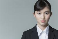 リクルートスーツの若い女性 02381001240| 写真素材・ストックフォト・画像・イラスト素材|アマナイメージズ