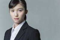 リクルートスーツの若い女性 02381001241| 写真素材・ストックフォト・画像・イラスト素材|アマナイメージズ