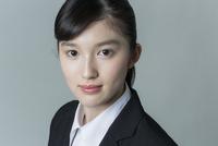 リクルートスーツの若い女性 02381001245| 写真素材・ストックフォト・画像・イラスト素材|アマナイメージズ