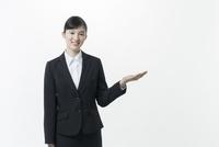 リクルートスーツの若い女性 02381001256| 写真素材・ストックフォト・画像・イラスト素材|アマナイメージズ