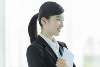 リクルートスーツ姿の若い女性 02381001279| 写真素材・ストックフォト・画像・イラスト素材|アマナイメージズ