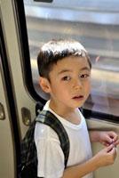 電車内の少年