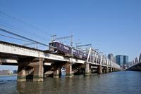 梅田ビル群(グランフロント大阪)と阪急電車