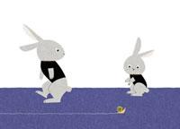 カタツムリを見る2羽のウサギ