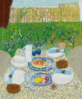 庭のテーブルに並べた食事