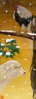 雪の舞う中佇むオナガドリとヒツジ
