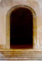 階段のあるアーチ型の入口