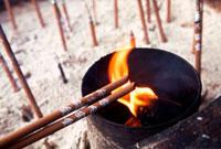 香炉と線香 02431000003| 写真素材・ストックフォト・画像・イラスト素材|アマナイメージズ