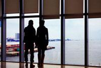 大阪湾を望むカップル 02431000013| 写真素材・ストックフォト・画像・イラスト素材|アマナイメージズ