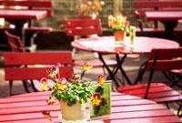 道端のカフェの赤いテーブル 02431000060| 写真素材・ストックフォト・画像・イラスト素材|アマナイメージズ