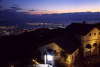 六甲ガーデンテラスから望む神戸の夕景 02431000105| 写真素材・ストックフォト・画像・イラスト素材|アマナイメージズ