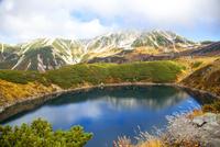みくりが池越しに紅葉した立山を望む 02433008541  写真素材・ストックフォト・画像・イラスト素材 アマナイメージズ