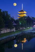 ライトアップ東寺五重塔とブルームーンを望む