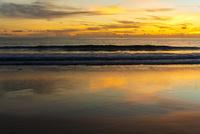 夕焼けに染まったカタノイビーチ