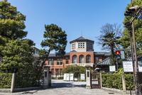 同志社女子大学今出川キャンパス栄光館を施設外から望む