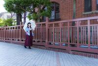 神戸北野異人館街風見鶏の館横を歩くハイカラさん衣装の女性