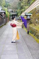 京都長楽寺参道 和傘をさす女性 02433009769| 写真素材・ストックフォト・画像・イラスト素材|アマナイメージズ