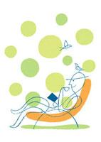 庭で椅子に座り寛ぐ男性と小鳥