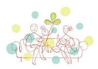 ソファーに座る家族と三つ葉
