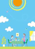 快晴の空と一体になった部屋の中で寛ぐ家族 02438000234| 写真素材・ストックフォト・画像・イラスト素材|アマナイメージズ